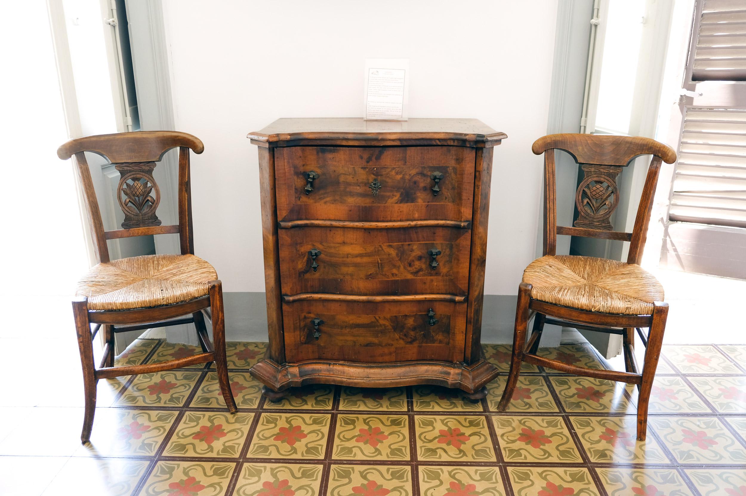 cassettiera-tra-due-sedie