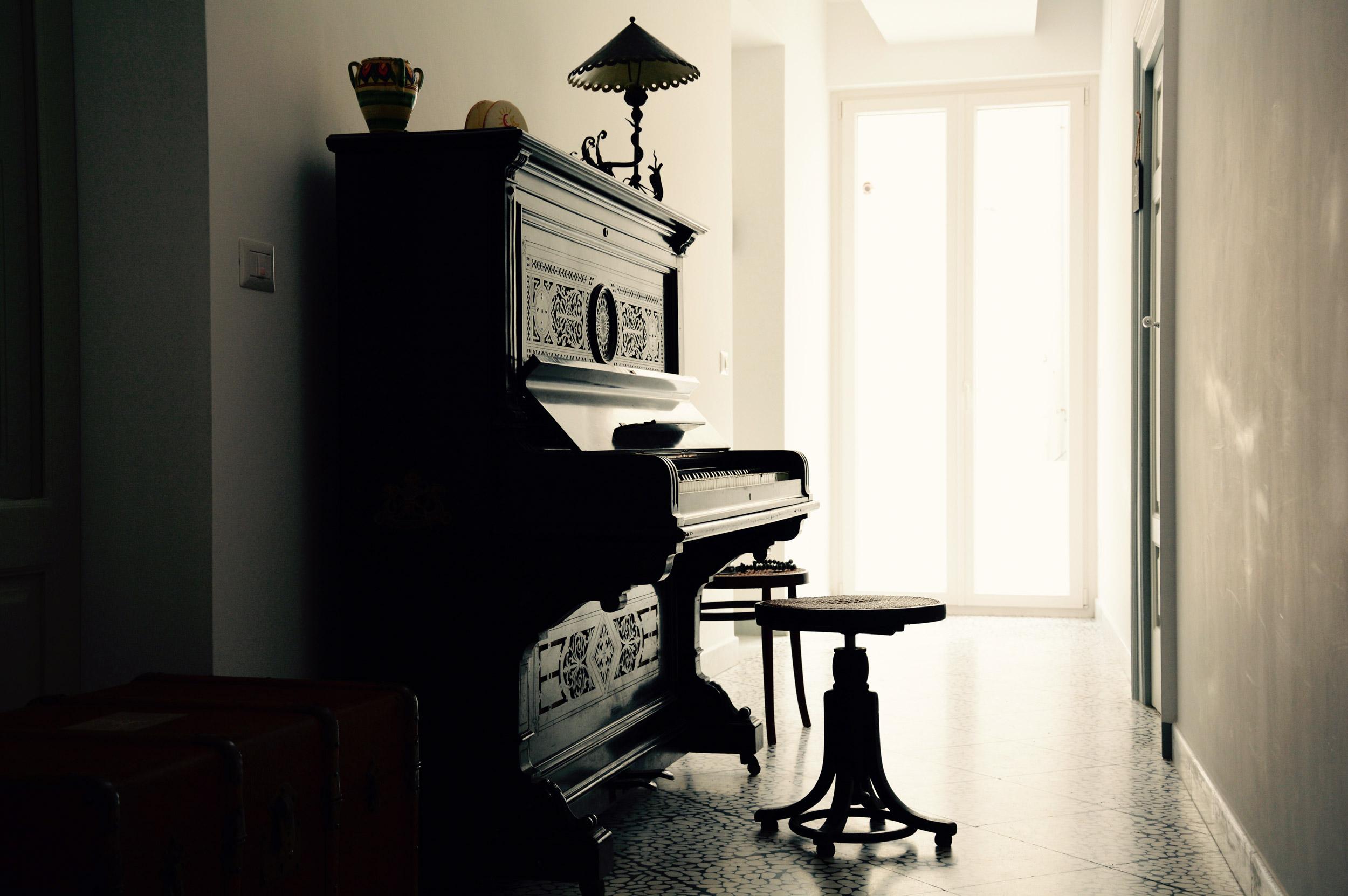 pianoforte-antico-in-corridoio-palazzo-didonna