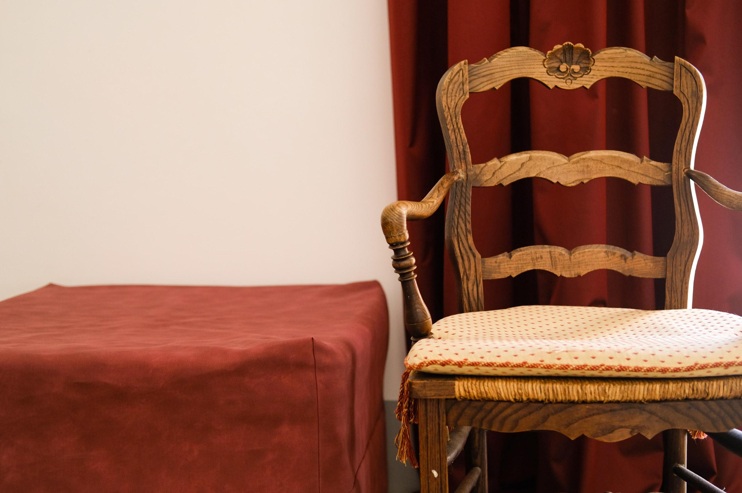sedia-e-pouf-rosso-1