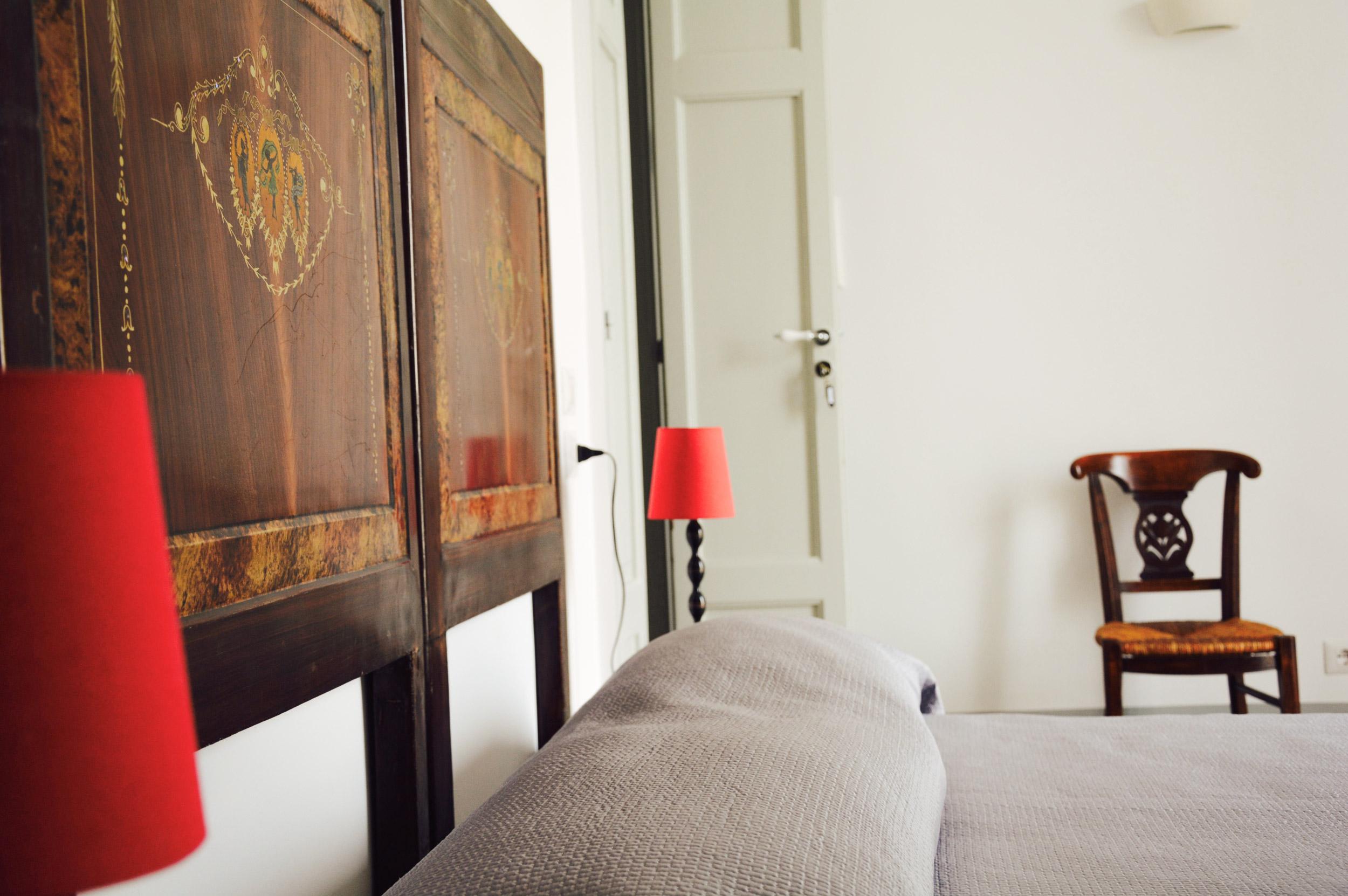 spalliera-letto-con-lampade-rosse